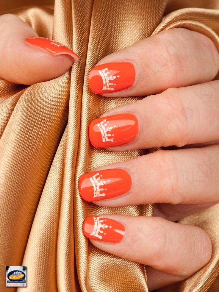 Nagelstudio KiKi Nails feliciteert het nieuwe koningspaar en wenst iedereen een hele fijne Koninginnedag.   Zoals velen, werden wij al vroeg in het jaar met de aankomende troonswisseling geconfronteerd toen wij een opdracht ontvingen voor Originails (gratis nagellak bij de PLUS supermarkten). Op de foto (hand van Isabella) Royal Orange CND Shellac nagellak met Nail Art kroontjes. (www.kiki.nl)