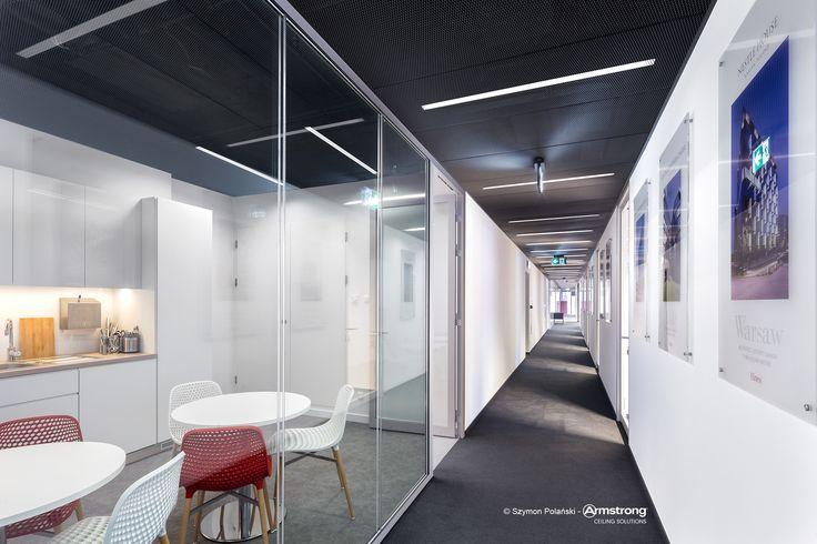 Hines Polska Sp. z o.o., Armstrong, sufity oodwieszane, sufit akustyczny,  ceiling, acoustic, Mesh Metal, office, biuro, korytarz