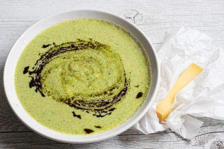 Eine cremige Brokkoli-Suppe mit würzigem Käse - Low Carb und proteinreich. Schmeckt der ganzen Familie und ist ruck, zuck fertig!