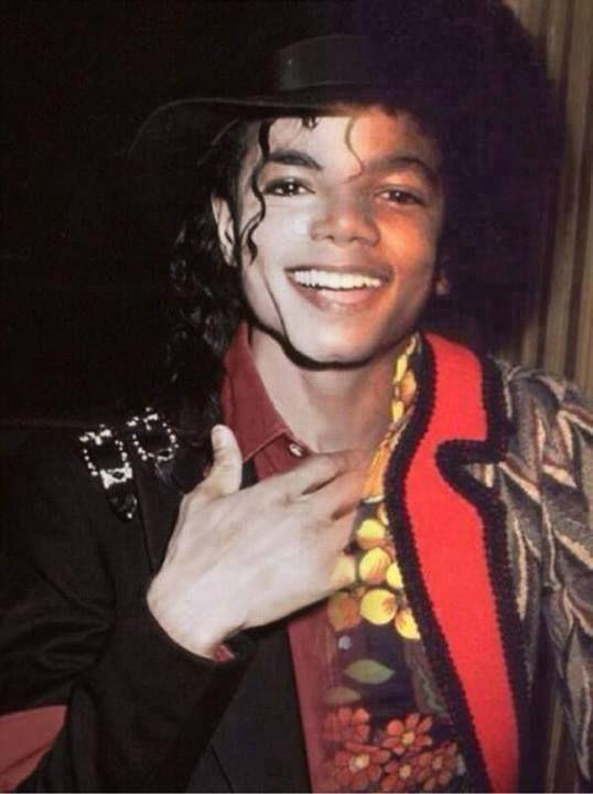 マイケルは過剰な回数の整形をしてる!!!っていってるメディアいるけど、どこが? 確かにペプシのCM撮影のときに事故にあったせいで手術はしたけど、そのことはメディアは言わないよね? マイナス報道のほうが儲かるもんな~(-ω-)/