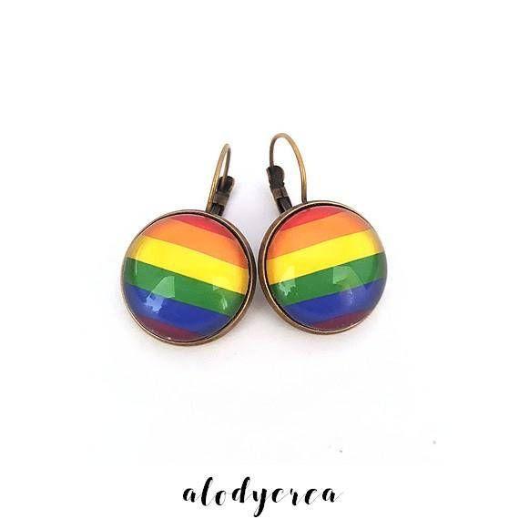 Hey, j'ai trouvé ce super article sur Etsy, chez https://www.etsy.com/fr/listing/503501304/boucles-doreilles-cabochon-drapeau-arc  Rainbow pride earrings.