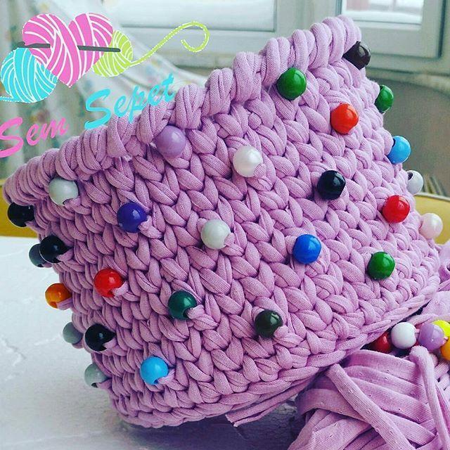 Linda combinação😍 . . . 👉By @sem_sepet . . . . #inspiration #inspiração #cestatrapillo #cestotrapillo #cestofiodemalha #fiosdemalha #trapillo #yarn #crocheteiras #crochet #crocheting #crochetlove #crochetingaddict #croche #yarnlove #yarn #knitting #knit #penyeip #craft #feitoamao #handmade #croche #croché #crochê #croshet #penyeip #вязаниекрючком #uncinetto #かぎ針編み #instagramcrochet #totora