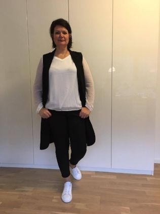 The long vest / Dress it down with a pair of white trainers