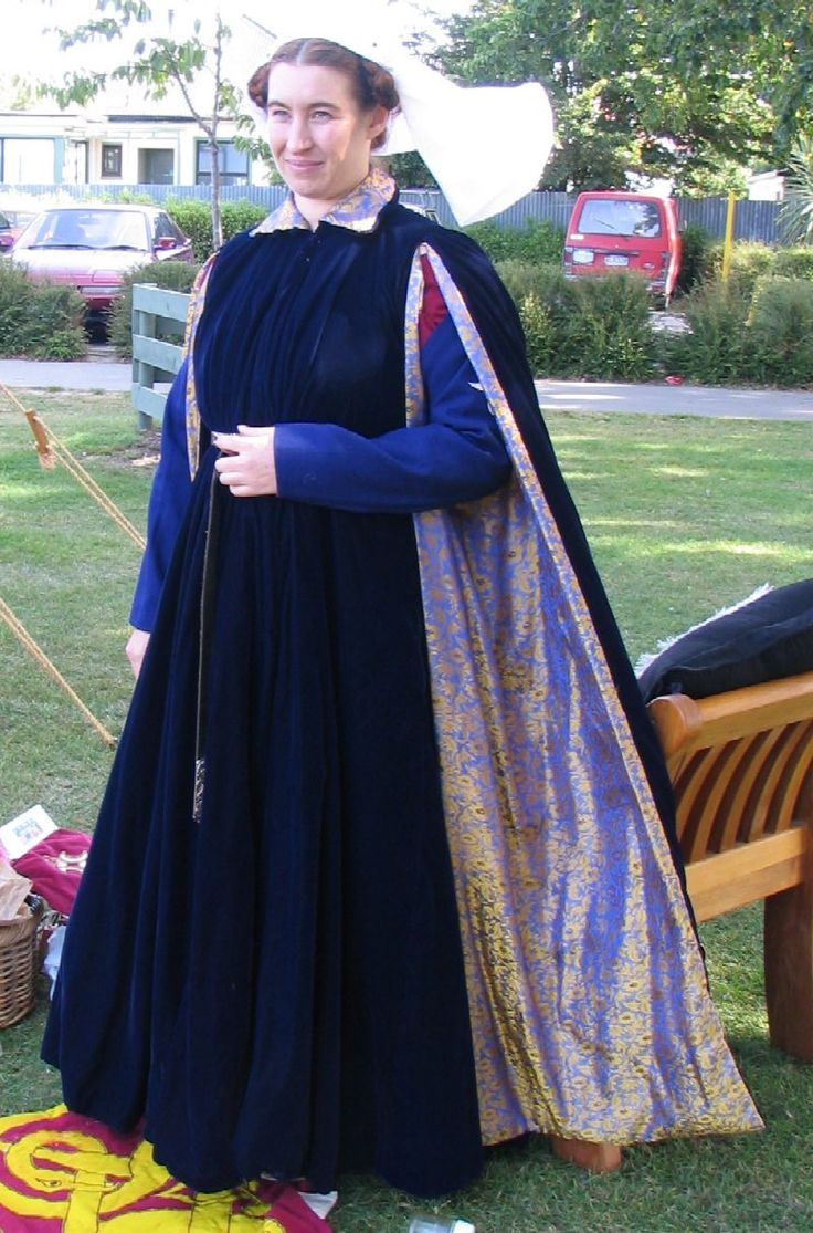 http://www.heorot.co.nz/hall/wardrobe/ Blue Velvet Houppelande  I made this for Southron Gaard 20th Anniversary - October 2002 and was very grateful for its warmth. It is dark blue velvet lined with a light lining taffeta and inter-lined with a heavy lineny type fabric. The sleeves and collar are lined with a very rich blue/gold brocade which I have quite a bit more of for making a bourrelet with.