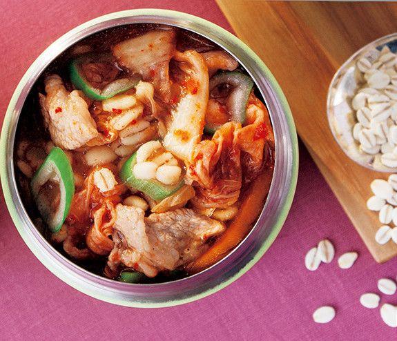 押し麦とキムチの豚キムチスープ   食物繊維たっぷりの押し麦を使った、韓国風スープジャーレシピ マキアオンライン 材料 (1人分) 押し麦 大さじ2 長ねぎ 8cm 豚小間切れ肉 50g ■ A 塩、こしょう、酒、片栗粉 各少々 ■ B キムチ 30g 塩、こしょう 各少々 しょうゆ、鶏がらスープの素 各小さじ1  作り方 1 スープジャーに押し麦を入れ、水を加えてさっと洗い、内ブタを使って水を捨てる。 2 長ねぎは白い部分と青い部分を斜め切りにし、白い部分をスープジャーに入れ、熱湯を注いでフタをし、軽く振ったら2分おく。 3 具材が出ないよう内ブタを使って湯切りをする。 4 その間に、耐熱皿に豚肉をのせてAを振って混ぜ、ラップをしてレンジで約1分加熱する。 5 スープジャーに加熱した豚肉と長ねぎの青い部分、Bを加え内側の線の5mm下まで熱湯を注ぎ、フタをして軽く振って3時間おく。