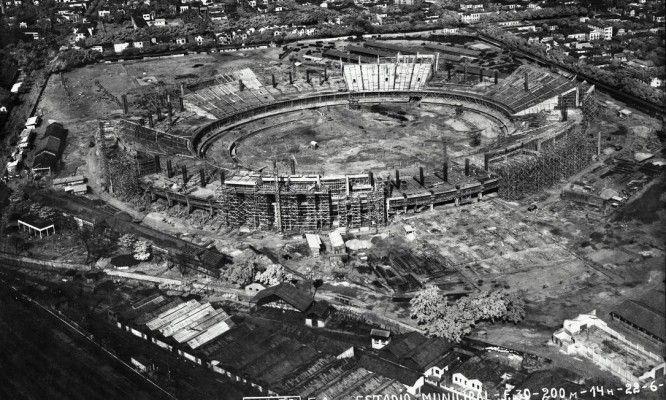O Maracanã em 1949: um dos palcos mais famosos do futebol mundial foi construído no terreno de um dos mais antigos hipódromos da cidade, o Derby Club. Em 1932, o Derby Club e o Jockey Club uniram-se para formar o Jockey Club Brasileiro, na Gávea.