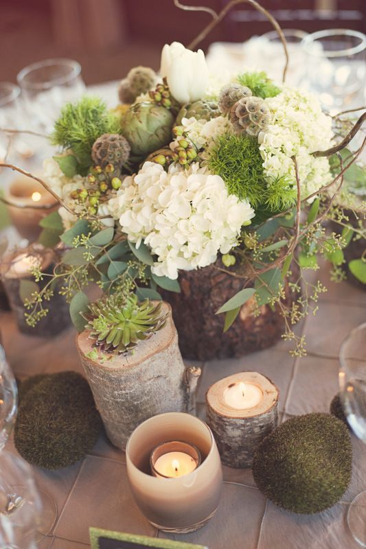 Centros de mesa com um mix de flores, velas, pedras e tocos de árvore! Bem rústico, do jeito que eu gosto.