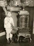 Sinterklaas: Jongetje heeft zijn schoen gezet onder een metalen kachel. Ook houd…