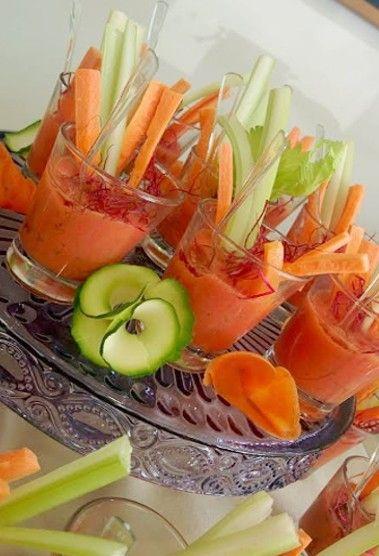 Gazpacho in bicchierino con pinzimonio di verdure www.becooking.it #becooking #wedding #banqueting #cucinasumisura #roma #milano #gazpacho #pinzimonio #carote #sedano #healthyfood #naturalfood