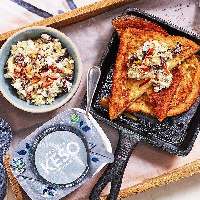 French toast med cottage cheeseröra på äpple och russin Ingredienser 4 portioner: 3 ägg 2 dl Arla® mjölk ½ tsk kardemumma 2 krm salt 1 äpple 150 g KESO® cottage cheese protein ½ dl russin 1 krm vaniljpulver 4 skivor formbröd 3 msk Arla® Svenskt Smör Gör så här: Vispa ihop ägg, mjölk, kardemumma och salt i en bunke. Riv äpplet grovt och rör ihop med cottage cheese, russin och vaniljpulver. Doppa brödskivorna i äggsmeten. Stek brödskivorna i smör ca 2 min på varje sida. Dela de stekta bröden…