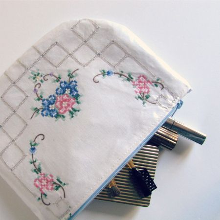 The Haby Goddess: Tutorial : Laminated Doily Zip Purse. What a lovely way to bring old linens out into the light!