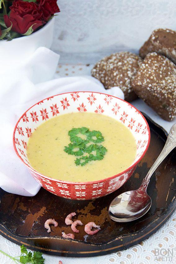 Verrassende lekker courgettesoep met zoete aardappels, kokosmelk en garnalen. Makkelijk met drukke dagen en ook nog gezond. Lees verder op BonApetit!