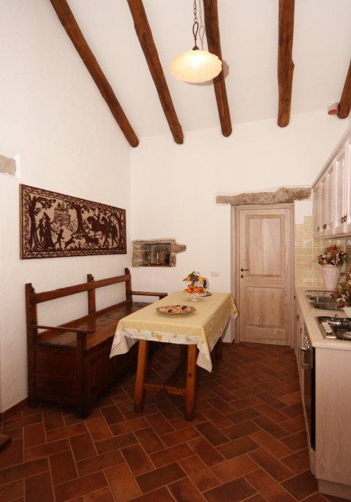 Immerso nella campagna gallurese questo vecchio stazzo, completamente restaurato e rinnovato negli arredi e' costituito di due ampie camere con bagno privato e cucina con angolo dedicato alle colazioni.