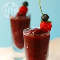 Deze fruitige bevroren sangria is een 'slush puppie' voor volwassenen. Een slushy is heerlijk verfrissend op een warme zomeravond. Proost!