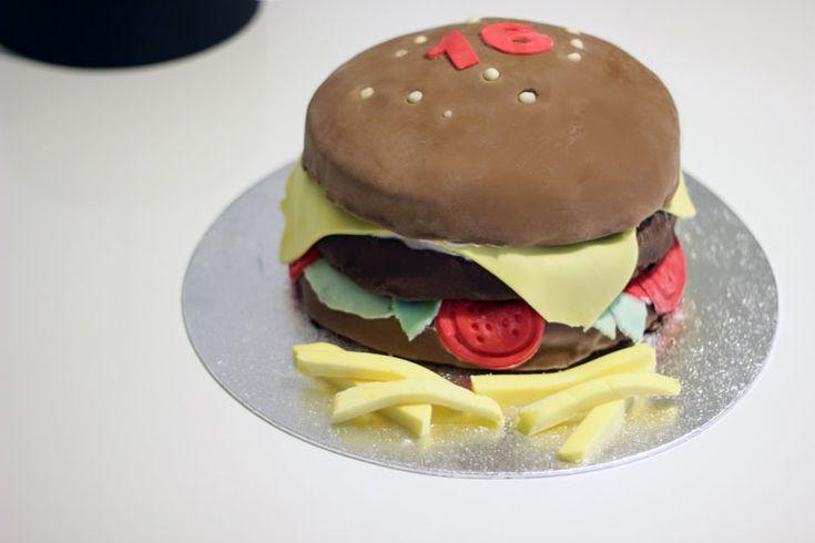 Hamburgertaart: hoe maak je een hamburgertaart? Bekijk dit recept voor taart bakken en recepten voor cupcakes maken, taarten bakken, zelfcakejes bakken etc