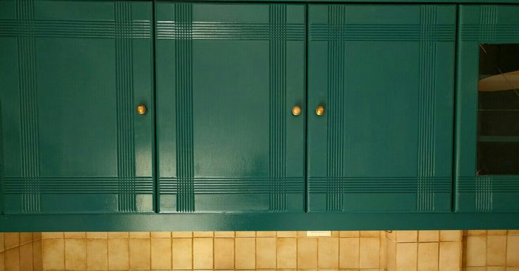 Dare to paint your grannys kitchen in a dark emerald tone and bring out a jazzy style!