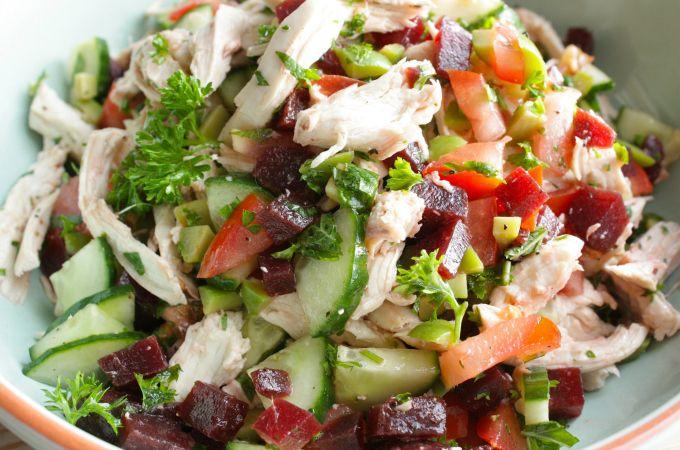 kipfilet - 2 teentjes knoflook - 1/2 komkommer - 1 gekookte rode biet - 2 tomaten - 2el grote groene olijven - 1 handvol peterselie en muntblaadjes - flinke scheut (Griekse) olijfolie - (gerookt) zeezout - zwarte peper