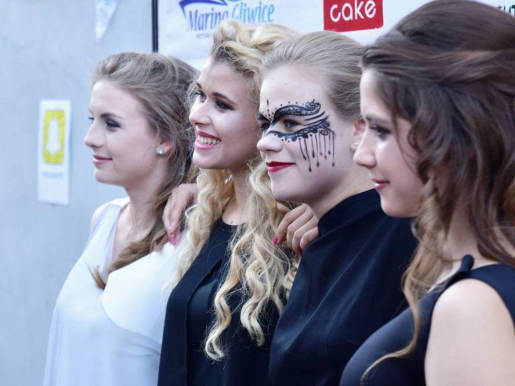 Rok temu o tej porze otwieraliśmy szampana po udanym pokazie który do tej pory był moim największym przedsięwzięciem. Za tydzień mam nadzieję na CO NAJMNIEJ powtórkę.  . . .  __________ #fashion #fashionblogger #fashionista #fashionshow #fashiondesigner #moda #projektant #polskadziewczyna #polishgirls #polskamoda #happiness #lovemylife #lovemygirls #szczescie