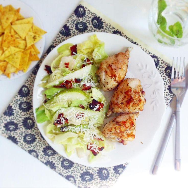 салат из айсберга и груши с крошкой бекона и тертым пармезаном, домашние чипсы из тортильи и мятная вода.