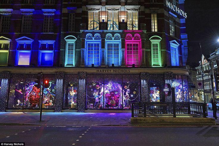 De winkel in Knightsbridge heeft tot leven komen met een caleidoscoop van kleur, met twink...