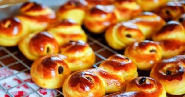 Τα τσουρεκάκια έχουν την ονομασία´Lussebullar' και αποτελούν παραδοσιακή σουηδική νοστιμιά. Υλικά 1 κουταλιά ξερή ή 25γρ νωπή μαγιά ξερή ή φρέσκια½ κουταλά