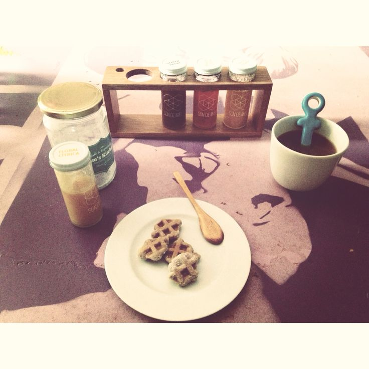 Desayuno: galletas de waffle + miel y té