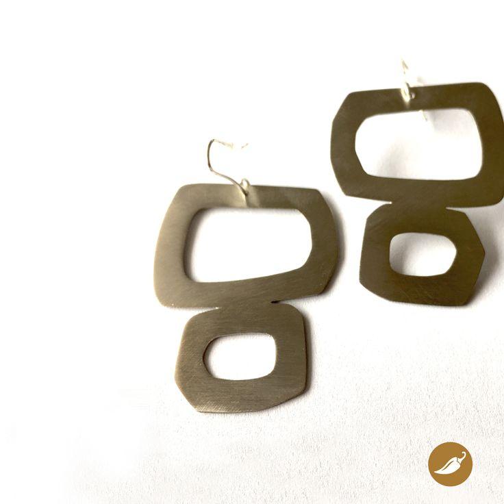 Aros de formas orgánicas, donde se destaca el resplandor del metal. El diseño que propone Sol Sanucci en estas joyas de líneas simples, geométricas u orgánicas le otorgan la categoría a la alpaca, como metal base de la joya. Aros que están 100% hechos a mano.  Autor: Sol Sanucci Colección: Alpaca Materiales: Alpaca y plata de 950 Dimensiones: 5,5 cm por 3,2 cm aprox Pieza única: No