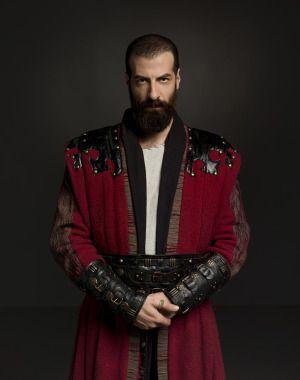 Kemankeş Kara Mustafa Paşa  İsmail Demirci  Sultan Murad devrinin önde gelen devlet adamlarından biridir. Çok iyi ok attığı için lakabı Kemankeş olmuştur. Arnavut kökenli, inatçı biridir. Sultan'ın Yeniçeri Ocağı'nda istediği tehlikeli temizliği başarıyla yapacak ve devlet kademelerinde istikrarlı biçimde yükselecektir.