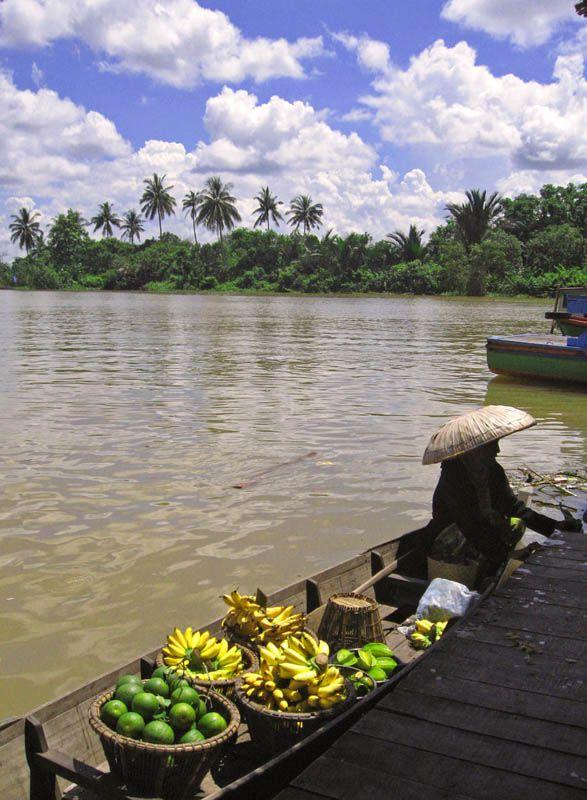 The floating Market - Banjarmasin, Kalimantan Tengah Indonesia by Caelia Astrid