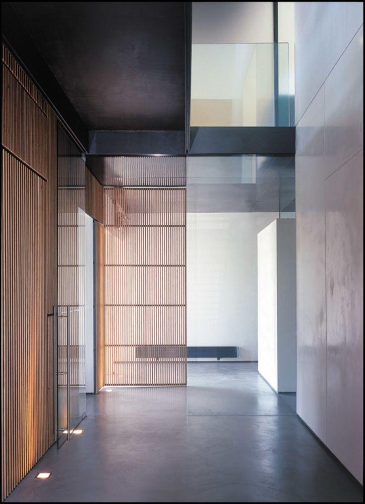 L'intervento consiste nella trasformazione di un edificio residenziale, una piccola villa di tre piani costruita negli anni '60, collocata all'interno del Parco dell'Appia Antica a Roma, ai margini del tessuto metropolitano.    Il progetto organizza...
