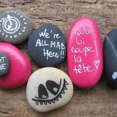Lot de galets de plage peint alice aux pays des merveilles / chat/ horloge/ rose / coeur pour décoration