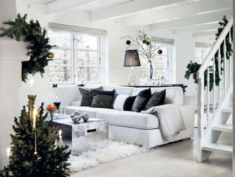 1913 vuonna rakennettu omakotitalo herää valoisaan jouluun. Mustan ja valkoisen kontrasti on päätä huimaavaa, ja kokonaisuutta täydentää sinne tänne ripotellut kuusenoksat. Tarkemman esittelyn asunnosta löydät täältä. Sisustus on juuri sopivan pelkistetty, jotta kauniit koriste-esineet ja sisustusratkaisut saavat tilaa astua näkyviin. Huolimatta vaaleista sävystä tunnelma on kodikas eikä suinkaan kylmä. Takan vanha muuraus on jätetty näkyviin ja tulee sopivan rouheasti esiin kaiken valkoisen…