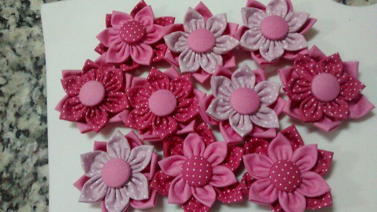 Flor de fuxico dupla com botão forrado.  Preço unitário.  Pode ser feito de diversas cores, entrar em contato para verificar as disponibilidades.