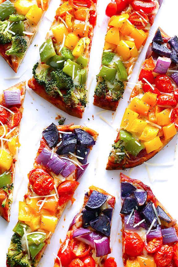 14 Meatless Pizza Recipes That Prove You're Not Missing a Thing Rainbow Veggie Flatbread Pizza. Pizza Recipes, Vegetarian Recipes, Cooking Recipes, Healthy Recipes, Rainbow Pizza, Rainbow Food, Rainbow Art, Flatbread Pizza, Good Food