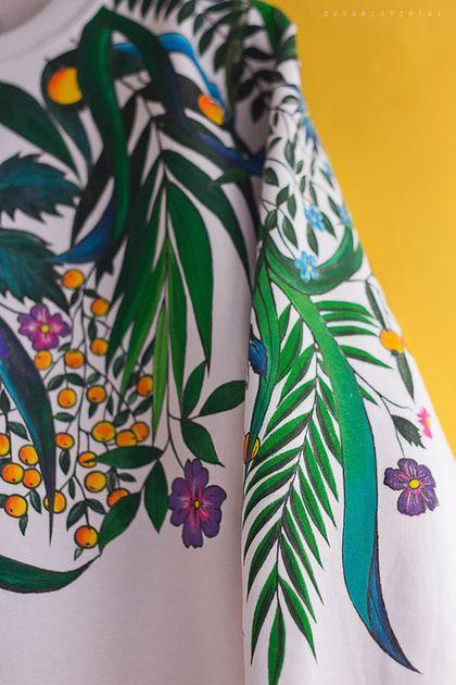 Купить или заказать Толстовка с росписью  Botanic Garden в интернет-магазине на Ярмарке Мастеров. Wild Spirit Collection! - Это яркие цвета, насыщенные краски, затейливые узоры и орнаменты - это вся моя любовь к природе и свежему воздуху, к лету и свободе. Отличный вариант для будних дней на работе, прогулке, пикнике, в музее или просто кино:) При желании можно выполнить рисунок и на футболке. Рисунок выполнен вручную, акрилом по ткани, не портится при стирке.