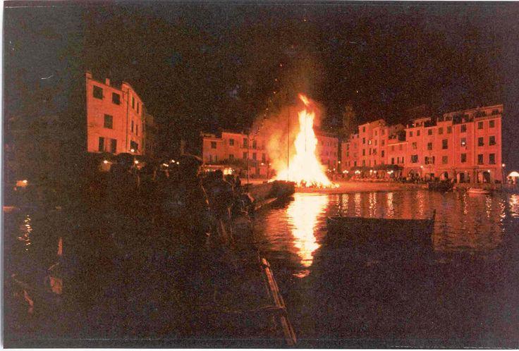 Portofino, il falò per la festa patronale di San Giorgio / Portofino celebrates its Patron Saint, St. George, with the bonfire in the Piazzetta (Photo, Pillola Pictures, anni '80) #portofino #piazzetta #liguria #riviera #bonfire #falò #celebration #tradition #notte #night