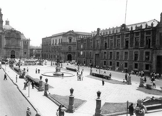 Plaza de Santo Domingo en el centro histórico de la Ciudad de México. Foto tomada entre las décadas de los 40's y los 50's.