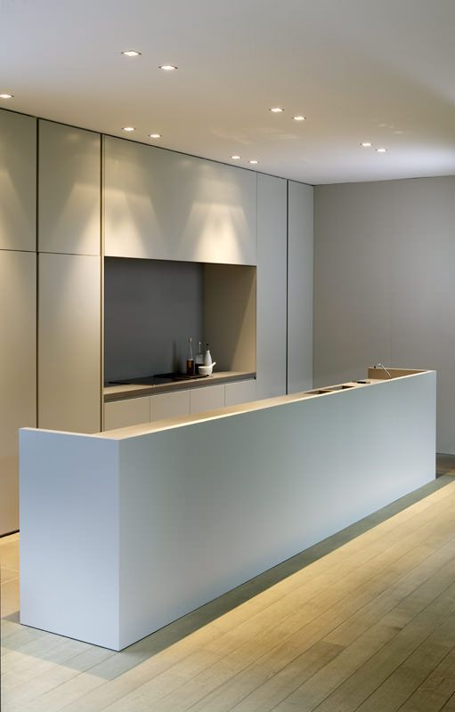 Minimal kitchen with contrasted accents and built-in cupboards