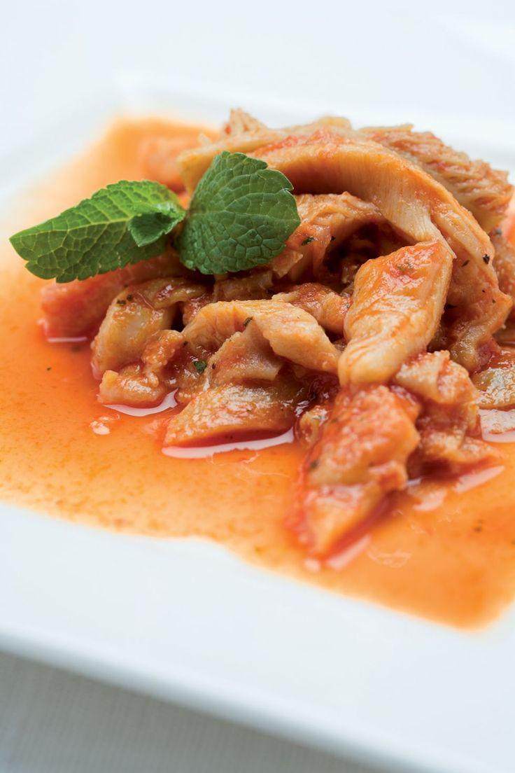Lavatela molto bene, lessatela in acqua leggermente salata con sedano e carota tagliati a fettine, la foglia di alloro e la cipolla steccata con il chiodo di...