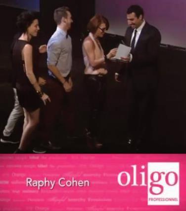 Throw back! Le Contessa pour le styliste québecois de l'année va à Sandy Hogue du salon Panache à Montréal. Ce prix été présenté par notre vice-président, Raphy Cohen.