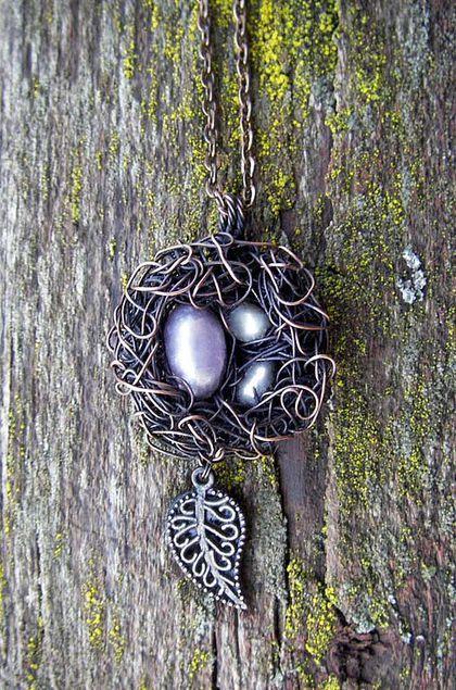 Купить или заказать Кулон 'Уютное гнездышко' в интернет-магазине на Ярмарке Мастеров. Гнездо символизирует дом и хозяйство. Это прекрасный знак домашнего тепла и семейного счастья. Обжитое гнездо, полное яйцами - признак хорошего течения дел, символ 'высиживания' идей или проектов. Работа добавлена в коллекции www.livemaster.