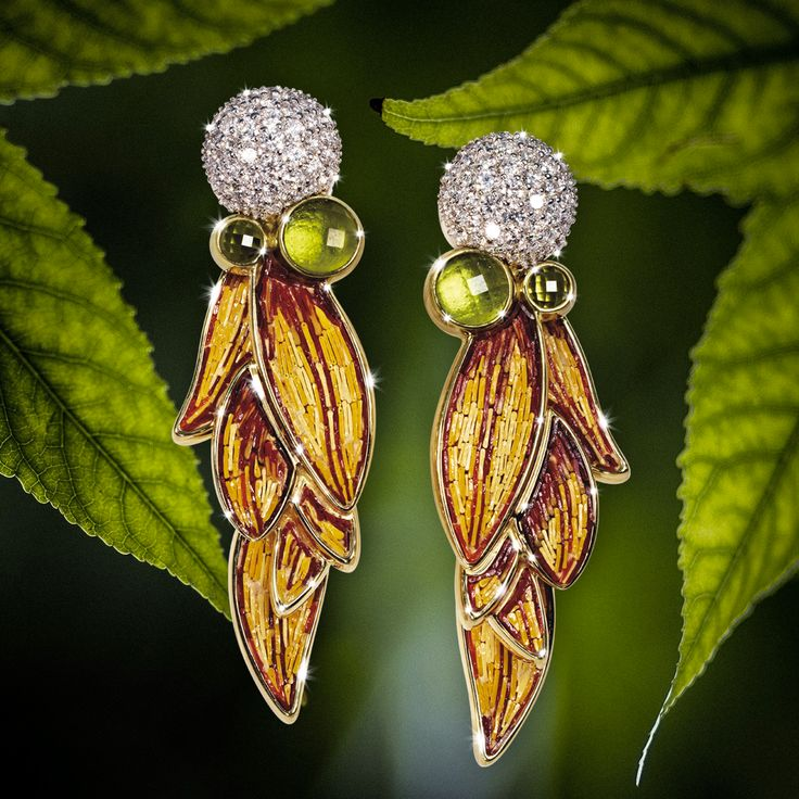 Laurel oak leaves in micromosaic with a diamond head will beautifully frame your face. Have a closer look to our Lauro earrings.