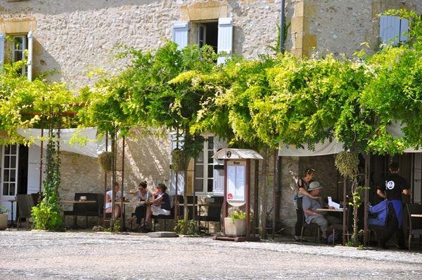 Frans terras met druiven