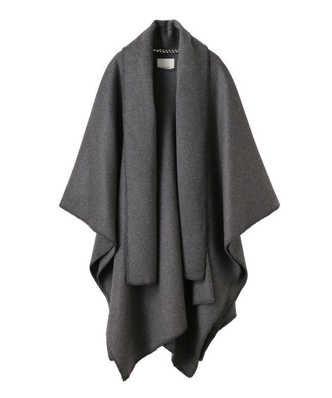 ウール混の肉厚なメルトン素材を使用した贅沢な大判ケープコート。1枚での着用はもちろんブルゾンやジャケットとのコンビスタイルもお楽しみ頂けます。ヒップまで隠れる丈に仕上げボリューム感とビッグシルエットに拘ったデザインです。ショール部分はマフラー代わりとして防寒効果も期待できます。