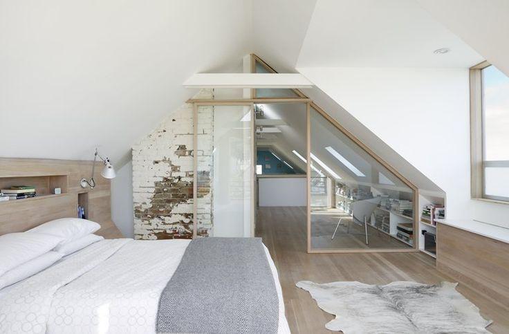 Une jolie cloison vitrée sépare le dressing de la  chambre dans cette suite sous les toits. clayton-street