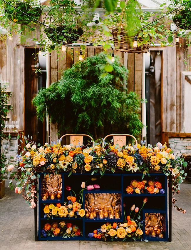 flower filled table. so pretty!