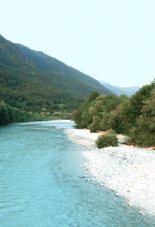 """Blogger Henriette van Travel around with me schrijft: """"Ik dacht dat ik ver buiten Europa moest vliegen voor helder water maar de smaragdgroene Soča rivier zorgde wel even voor een kippenvel moment. Woowwww wat is dit water helder!"""" Klik de link en lees meer."""