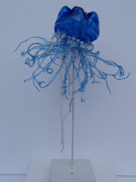 Bluebottle jellyfish made from plastic bottles...sculptures-sculpture-de-meduse-en-pet-5791657-20131029-9589-b00f3-663bf_570x0