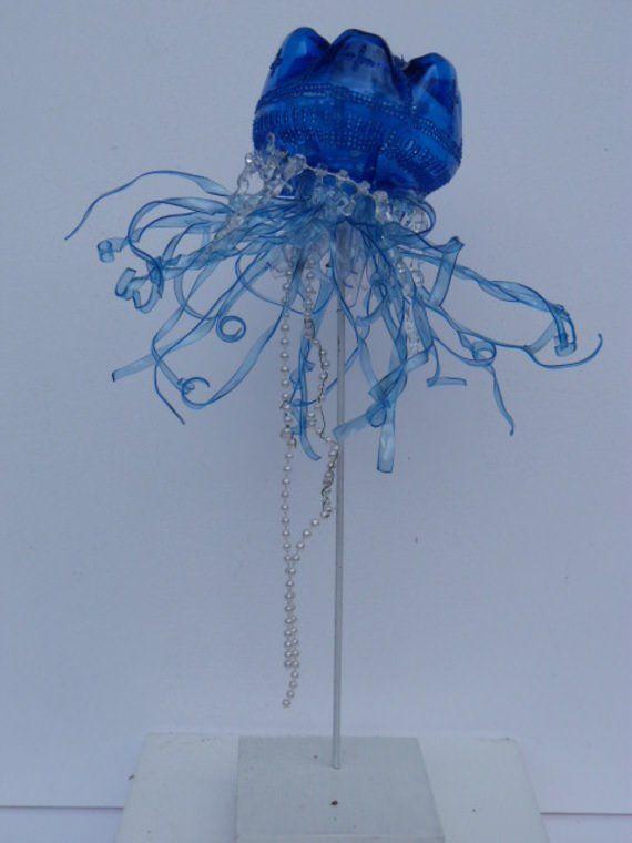 Bluebottle jellyfish made from plastic bottles...sculptures-sculpture-de-meduse-en-pet-5791657-20131029-9589-b00f3-663bf_570x0