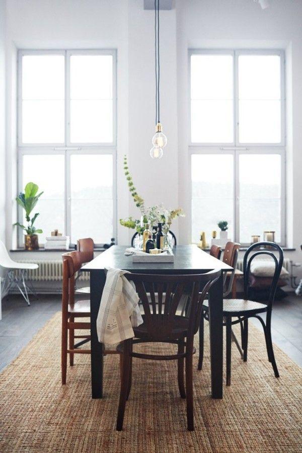 Déferlante de salles à manger faites d'un ensemble de chaises dépareillées, comme celle-ci.